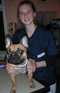 Mila hat durch reibende Fäden nach einer Augen-OP eine schwere Hornhautentzündung